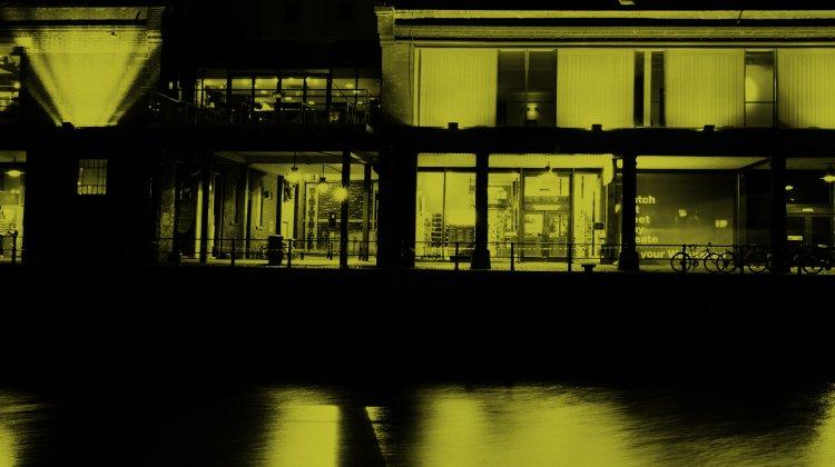 Photo Watershed exterior at night