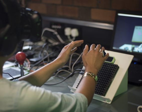 Using an Ultrahaptics kit to enhance a VR experience at a 'Feeling Food' lab